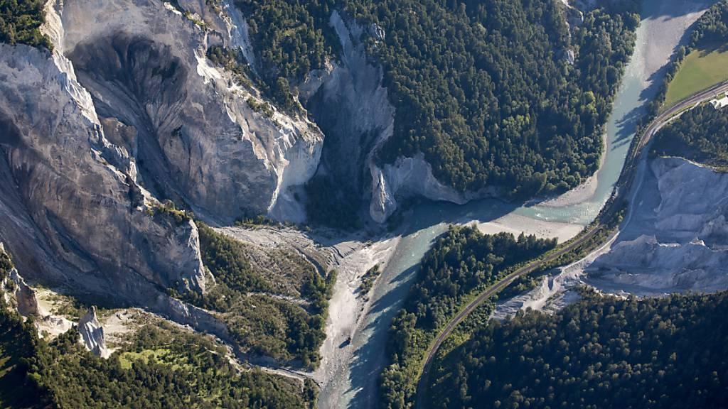 Die Gleise der Rhätischen Bahn durch die spektakuläre Vorderrheinschlucht konnten von Schlick und Steinen befreit und freigegeben werden. (Symbolbild)