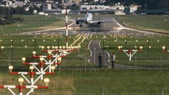 Eine Swiss-Maschine landet am Flughafen Zürich.