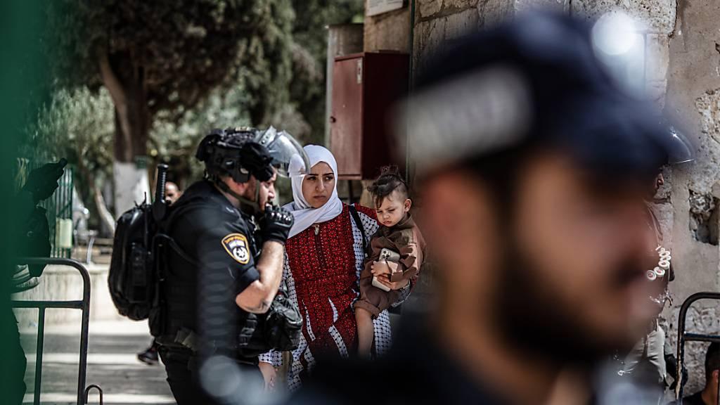 Israelische Polizisten stehen Wache nach Zusammenstößen auf dem Tempelberg (Al-Haram al-Scharif) in der Altstadt von Jerusalem. Foto: Ilia Yefimovich/dpa