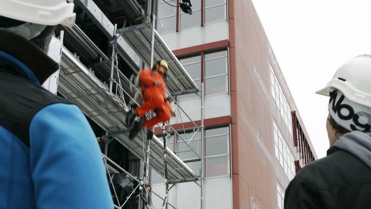 Die Hochschule Luzern testet zusammen mit der SUVA, mit Dummies was passiert, wenn Bauarbeiter von Gerüsten fallen.