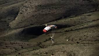 Fallschirmspringer springt aus 30 Kilometer Höhe