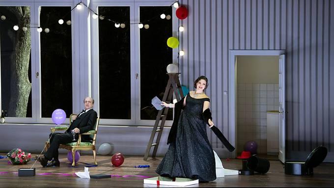 """Christof Loy insenziert am Opernhaus Zürich """"Don Pasquale"""" von Gaetano Donizetti mit Johnannes Martin Kränzle als Don Pasquale (links) und Julie Fuchs als Norina (rechts)."""