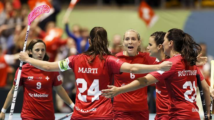 Die Schweizer Unihockeyannerinnen stehen nach einer dramatischen Wende im WM-Final.