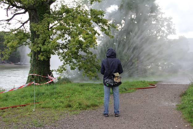 So sieht eine Wasserwand aus die als Schutz für Nachbarhäuser zum Einsatz kommt