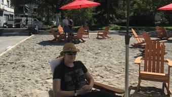Jeanine Schneebeli geniesst den Schatten am Strand.
