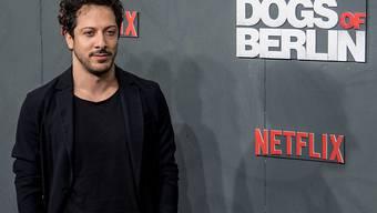 """Der deutsche Schauspieler mit türkischen Wurzeln Fahri Yardim spielt in der Netflix-Serie """"Dogs of Berlin"""" einen Kommissar. Privat kennt er Ausgrenzung, erlebt aber auch selbstverständliche Solidarität."""