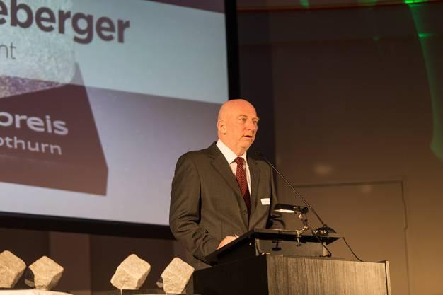 Hans Schneeberger (Jury Präsident) begrüsst die anwesenden Gäste. Medienpreis Aargau / Solothurn 2018 im Stadttheater Olten. (30. April 2018)