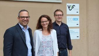 Der VJF mit neuem, erwachsenem Auftritt: Vorstandspräsident Alex Meyer, stv. Geschäftsführerin Karin Stoll undGeschäftsführer Arsène Perroud (von links) vor dem neuen Logo.