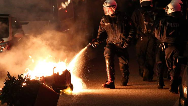 Im Viertel St. Pauli und rund um die Reeperbahn seien später mehrere Fahrzeuge und Mülltonnen in Brand gesetzt.