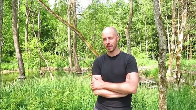 Biberexperte David Gerke erklärt, wie die Biberfamilie bei Halten und Hersiwil die Landwirtschaft veränderte.