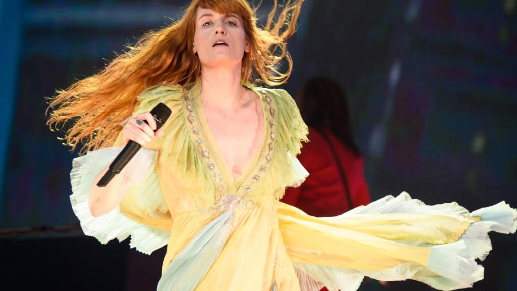 ARCHIV - Die britische Sängerin Florence Welch von der Band Florence and the Machine tritt beim British Summer Time Festival im Hyde Park auf. Rund 100 Jahre nach seiner Veröffentlichung wird der weltweit erfolgreiche Roman «Der große Gatsby» zum Broadway-Musical. Die Sängerin Florence Welch arbeite derzeit an der Musik, teilten die Veranstalter am 28.04.2021 mit. Foto: Matt Crossick/PA Wire/dpa