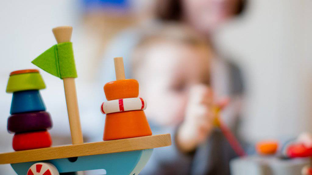 Das Parlament verpflichtet die Kantone, die Krankenkassenprämien für Kinder von Familien mit tiefen und mittleren Einkommen um mindestens 80 Prozent zu verbilligen. (Symbolbild)
