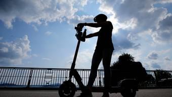 E-Trottinett Zug: Die Firma Circ bietet elektronische Trettroller in der Stadt Zug an. Laura Sibold, Redaktorin der Zuger Zeitung testet das Angebot.
