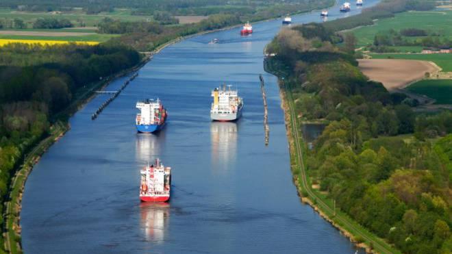 Der Nord-Ostsee-Kanal bei Rendsburg: Per Rad kann man die grossen Frachter begleiten. Foto: Keystone, ImageBroker, Holger Weitzel
