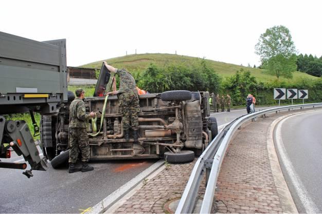 Armeeangehörige versuchen den beschädigten Puch abzutransportieren