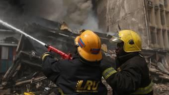 Feuerwehrleute beim Löschen eines Brandes in Lagos. (Archivbild) (AP Photo/Sunday Alamba)
