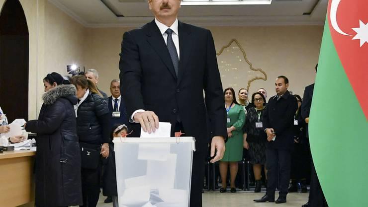 Aserbeidschans Präsident Ilham Aliyev im Wahllokal von Baku.