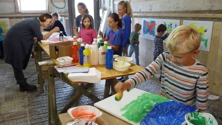 15 Kinder machen am Kurs «Kleine Kinder – Grosse Kunst» in Messen mit