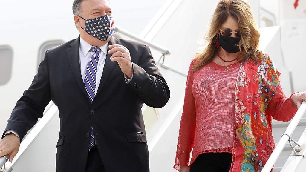 ARCHIV - Mike Pompeo (l), Außenminister der USA, und seine Ehefrau Susan Pompeo steigen nach ihrer Ankunft auf dem Indira Gandhi International Airport aus dem Flugzeug. Foto: Adnan Abidi/Pool Reuters/AP/dpa