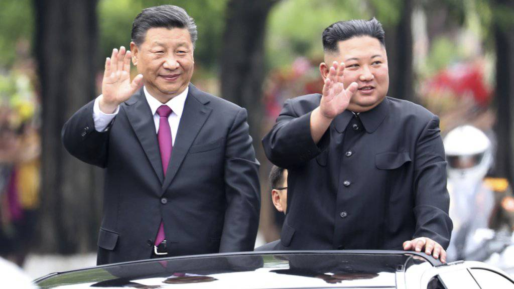 Der Präsident Chinas Xi Jinping (links) und Nordkoreas Machthaber Kim Jong Un (rechts) demonstrieren Einigkeit in Pjöngjang.
