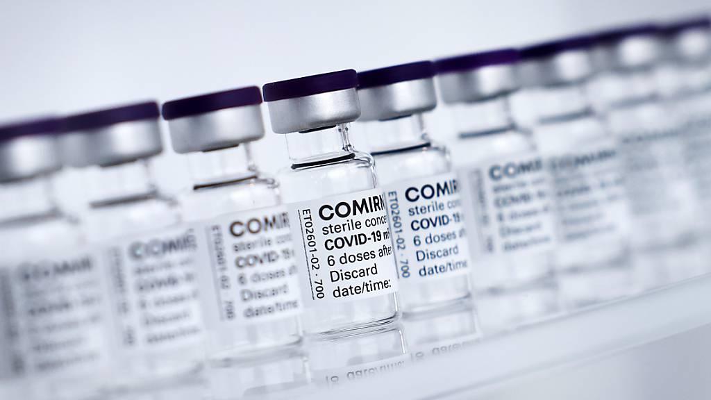 FILED - Fläschchen mit dem Impfstoff Comirnaty von Biontech/Pfizer stehen auf einem Tisch. Photo: Christian Charisius/dpa/Pool/dpa