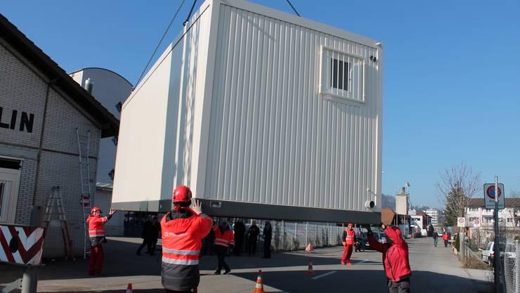 Die SID präsentiert die neuen zehn Gefängnis-Container, die für ein halbes Jahr als Überlauf-Becken für die vollen Gefängnisse dienen sollen.