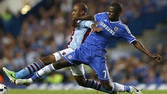 Kampf um den Ball: Aston Villas Delph (l.), Ramires von Chelsea