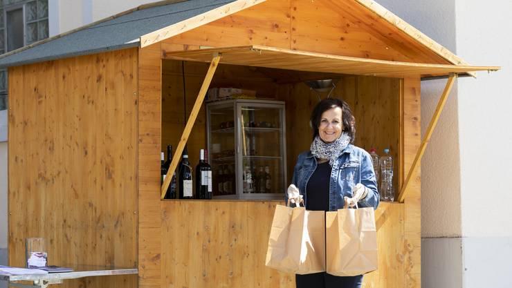 «Linde»-Wirtin Maya Grossmann bietet einen Take-away auf dem Parkplatz des Restaurants in Weiningen an.