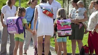 Eltern in Zürich bringen ihre Kinder zur Schule (Archivbild)