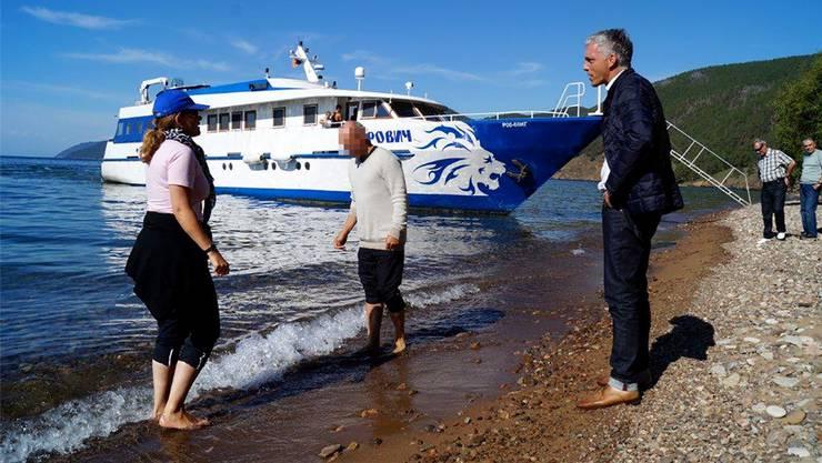 Bundesanwalt Michael Lauber (rechts) will keine nassen Füsse: 2014 am Baikalsee in Sibirien mit Berater Viktor K. (Name geändert).