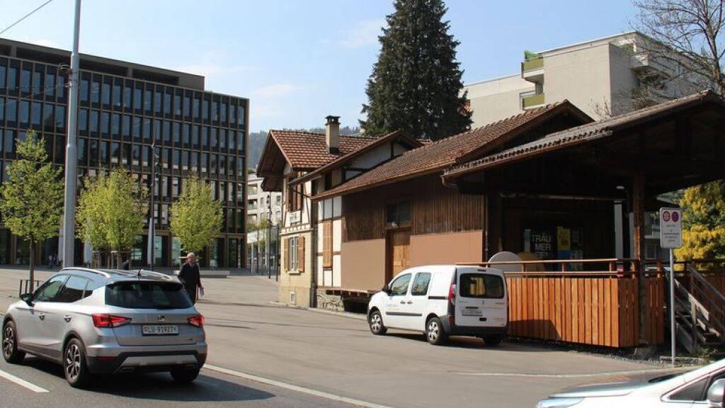 Für das frühere Bahnhofsgebäude, das neben dem Stadthaus von Kriens LU liegt, werden Ideen zur Nutzung gesucht.