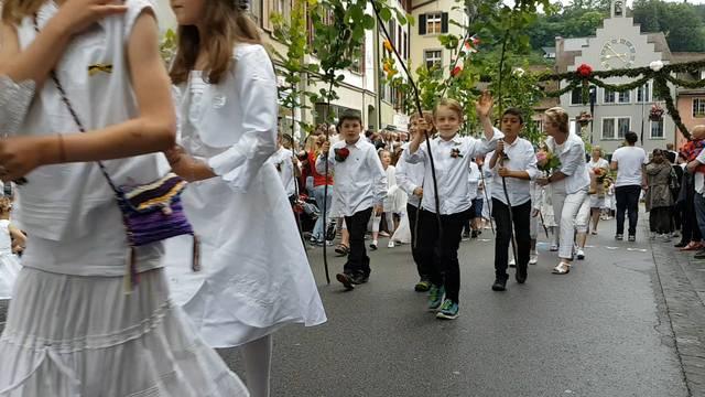 Kurz bevor es vorbei war: Die Kinder und Jugendlichen ziehen am Rutenzug durch die Stadt.