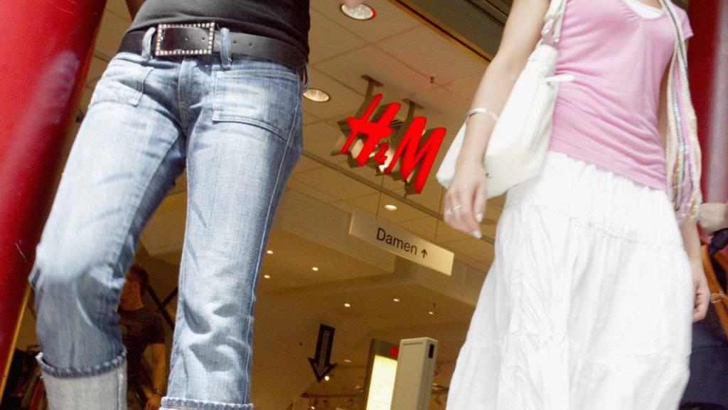 Kundinnen lassen die Läden von H&M zusehends links liegen und kaufen lieber im Netz. Dort muss der Moderiese aber noch zulegen. (Archiv)