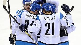 Die Finnen mit dem zweifachen Torschützen Immonen beim Jubel.