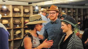 Hüte sind wieder in: Julian Huber mit Vernissage-Gästen. Toni Widmer