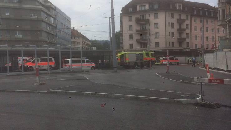 Rettungskräfte am Albisriederplatz.