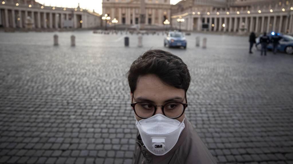 Selbst der Platz vor dem Petersdom in Rom ist fast menschenleer. Italien hat seine Massnahmen im Kampf gegen die Coronavirus-Epidemie weiterhin verschärft. (Foto: Massimo Percossi/EPA Keystone-SDA)