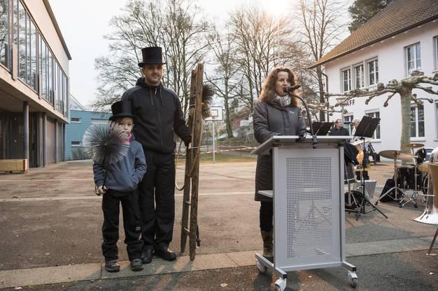 Marianne Stänz, Frau Gemeindeammann, hält ihre Neujahrsansprache und appelliert an die Bevölkerung, sich in der Gemeinde zu engagieren.