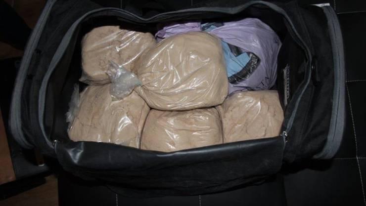 Unter anderem dieses in einer Sporttasche verstaute Streckmittel aus Paracetamol und Koffein beschlagnahmte die Freiburger Kantonspolizei.