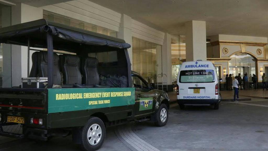 Nach einer Explosion sind Krankenwagen und Sicherheitspersonal vor dem Cinnemon Grande Hotel in Colombo stationiert.