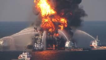 Blick auf die brennende Ölplattform im Golf von Mexiko (Archiv)