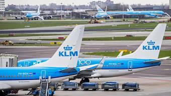 Flugzeuge der niederländischen Fluggesellschaft KLM am Flughafen Schiphol in Amsterdam. (Archivbild)