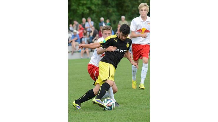 Maximilian Schuster (RB) gelingt es Mohammed El Bouzatti und den BVB zu stoppen.