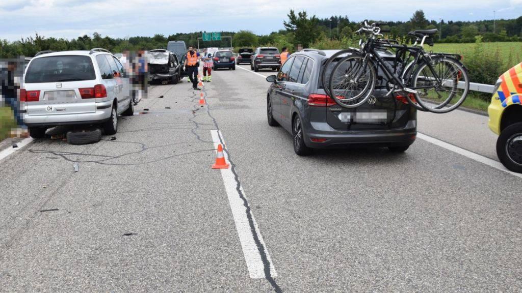 Eine Auffahrkollision mit drei beteiligten Fahrzeugen auf der Autobahn A5 hat ein Todesopfer gefordert. Zwei weitere Personen wurden verletzt, eine davon schwer.