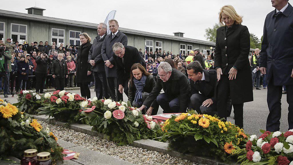 Österreichs Bundespräsident Alexander Van der Bellen und Bundeskanzler Christian Kern bei der Kranzniederlegung im ehemaligen KZ Mauthausen.