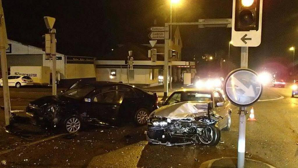 Grosser Blechschaden entstand bei der Autokollision auf einer Kreuzung mit Lichtsignalanlage in Kaiseraugst AG.