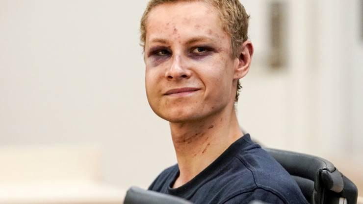 Der 21 Jahre alte Tatverdächtige am Montag vor Gericht in Oslo. Sein Gesicht wies zwei blaue Augen sowie mehrere Schrammen auf, die offenbar von der Auseinandersetzung in der Moschee herstammten. Dennoch lächelte er in Richtung der Kameras.