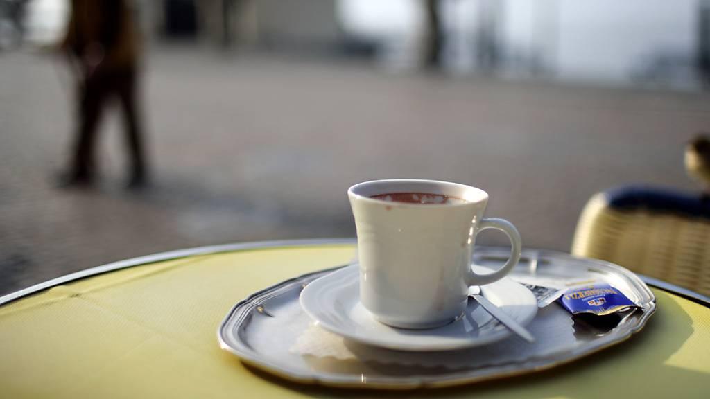 Eine Tasse Kaffee könnte im kommenden Jahr bis zu 10 Prozent teurer werden. 2020 kostet ein Café crème in den Schweizer Restaurants im Durchschnitt 4,25 Franken.(Archivbild)