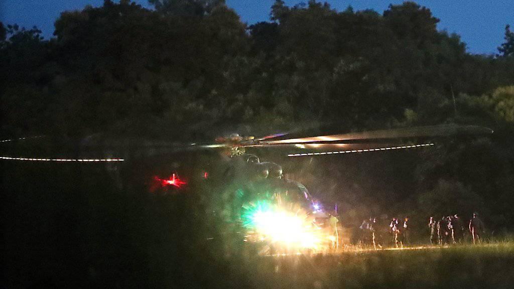 Ein Rettungshelikopter bringt die ersten geretteten Jungen aus der thailändischen Tham-Luang-Höhle ins nächstgelegene Spital.