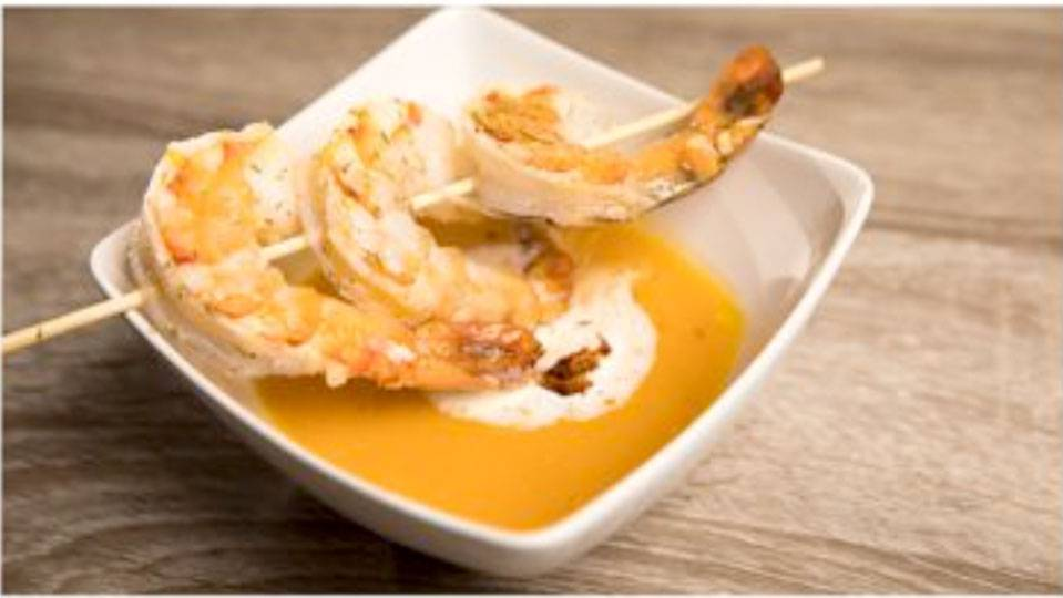 Exotische Kürbissuppe mit Garnelenspiess